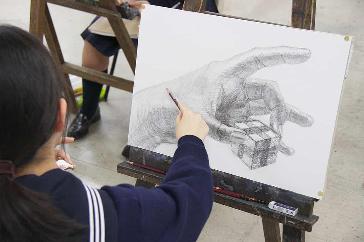 2学期の実技模試!「箱を持つ手を描きなさい」