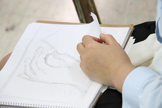 基礎デッサン「動作をする手」を描く