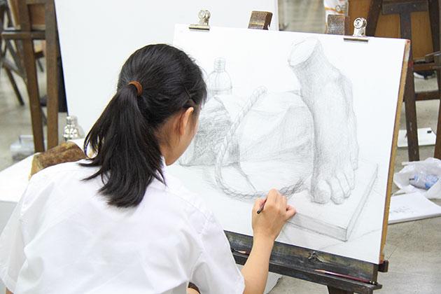 大型の静物デッサンを描く生徒